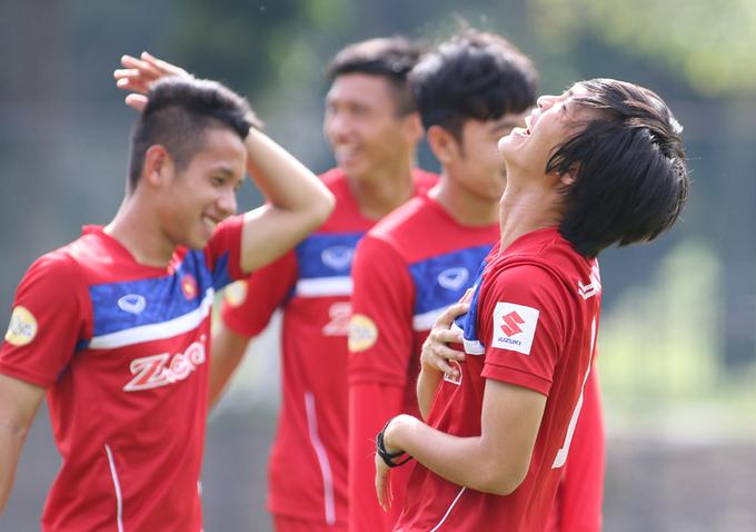 Cầu thủ Việt Nam vui đùa trên sân tập