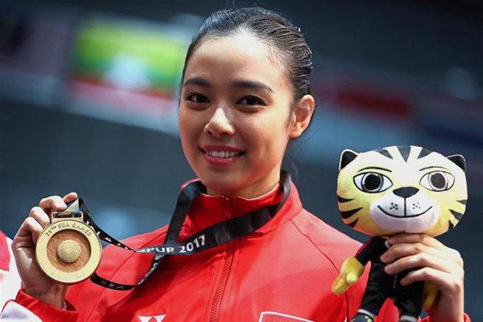 <p> Kwok bên cạnh tấm HC vàng thái cực kiếm. Đây là HC vàng thứ tư liên tiếp của cô tại các kỳ SEA Games bắt đầu từ kỳ đại hội ở quê nhà Jakarta 2011.</p>