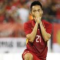 Các cầu thủ Việt Nam bảo vệ Hồ Tuấn Tài