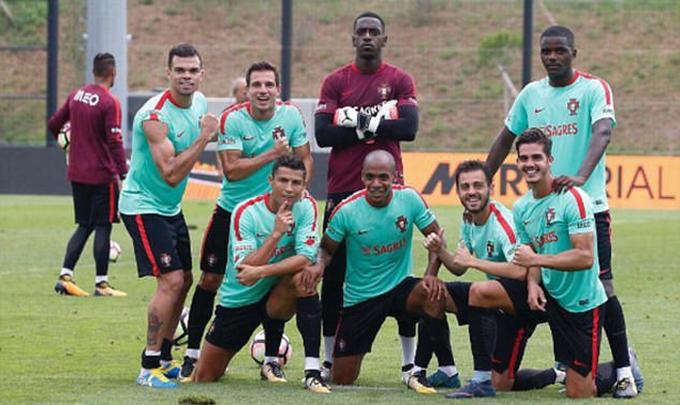 Ronaldo cùng đội đồng chụp ảnh kiểu 'Biệt đội siêu nhân'