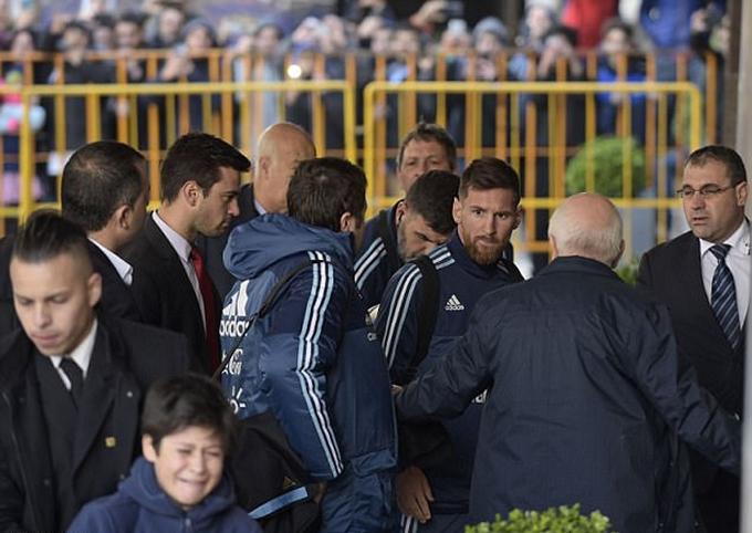 CĐV nhí bật khóc vì bị ngăn tiếp xúc với Messi