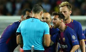 Messi nhận thẻ vàng do nhắc trọng tài phạt đối thủ
