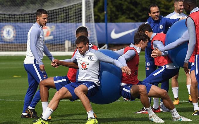 Chelsea tập với bóng yoga trước trận gặp Arsenal