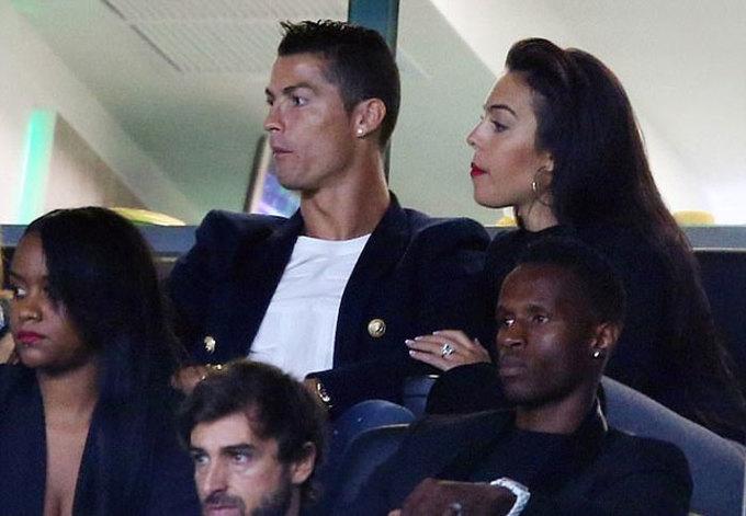 Ronaldo cùng bạn gái về Bồ Đào Nha xem đội cũ thi đấu