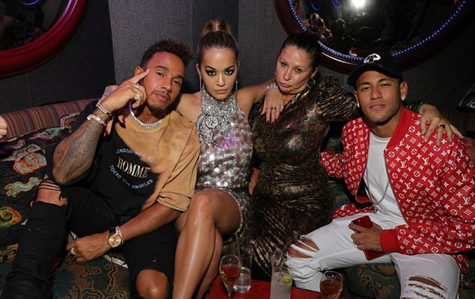 Neymar sang London tiệc tùng với Lewis Hamilton