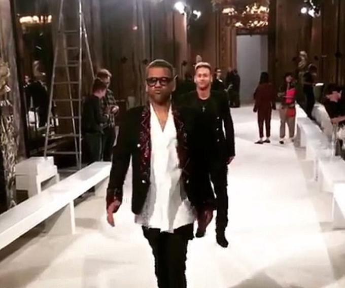 Neymar, Alves sải bước trên sàn diễn thời trang Paris