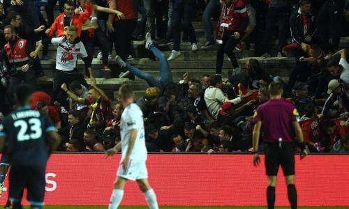 Khán đài đổ sập ở giải Ligue 1, 20 người bị thương
