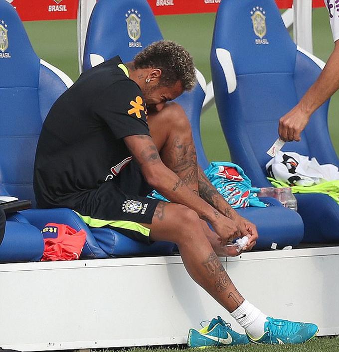 Neymar bị đau trên sân tập của tuyển Brazil