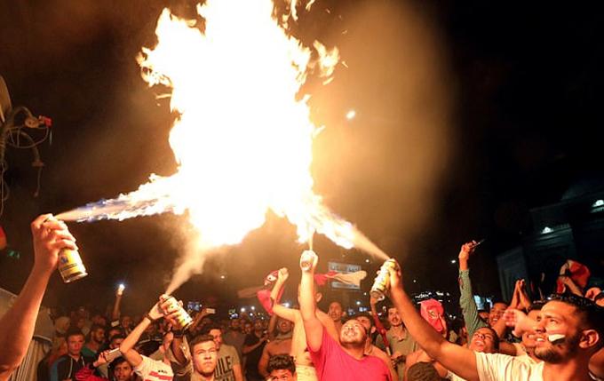 CĐV Ai Cập đốt lửa mừng vé dự World Cup 2018