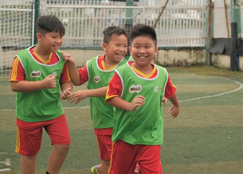 Bóng đá là môn thể thao yêu cầu sự phối hợp đồng đội nhuần nhuyễn nên cũng tạo cho các bé những kỹ năng hòa nhập cộng đồng, làm việc đội nhóm sau này.