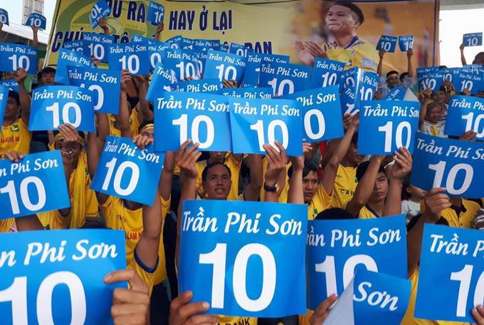 CĐV tri ân 'Ronaldo xứ Nghệ' Trần Phi Sơn