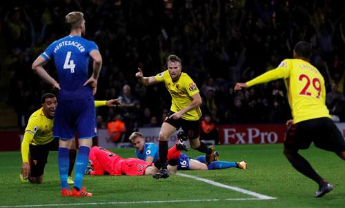 Cleverley vui mừng sau khi phá lưới Arsenal. Ảnh: Reuters.