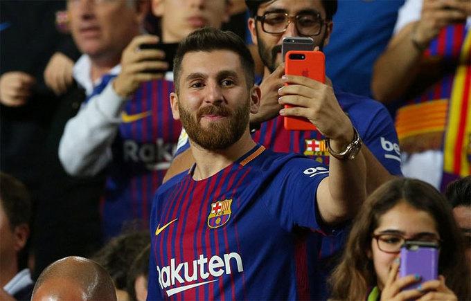 'Phiên bản nhái' đến Nou Camp xem Messi thi đấu