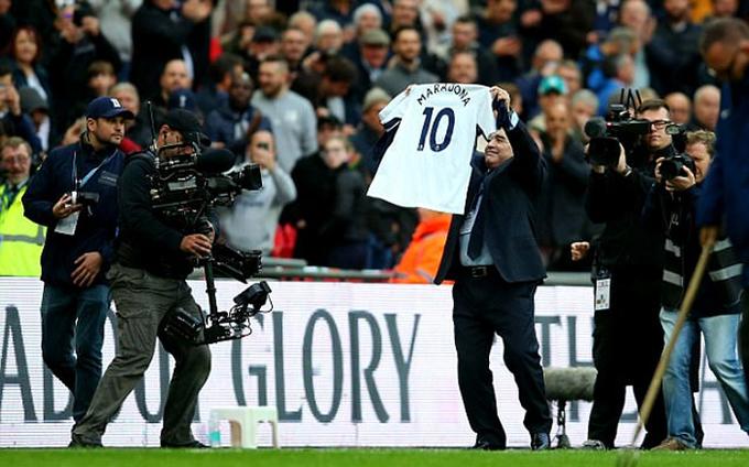 Maradona và Bryant được chào đón nồng nhiệt tại Wembley