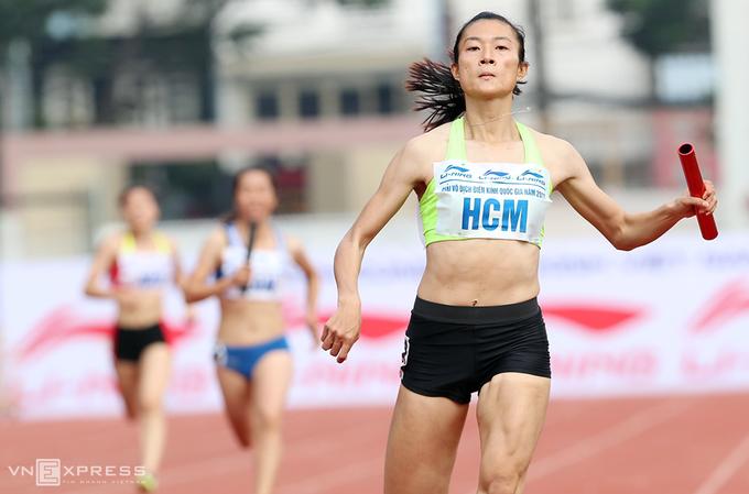 'Nữ hoàng điền kinh' Lê Tú Chinh và đồng đội phá kỷ lục quốc gia