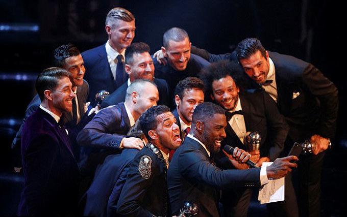 Đội hình tiêu biểu FIFA sát vai nhau chụp ảnh