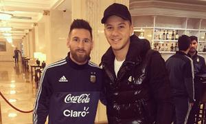 Messi xin lỗi vì không nhận ra cầu thủ đồng hương
