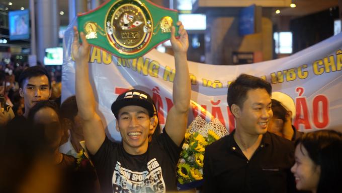 Trần Văn Thảo nâng đai WBC khi trở về Việt Nam