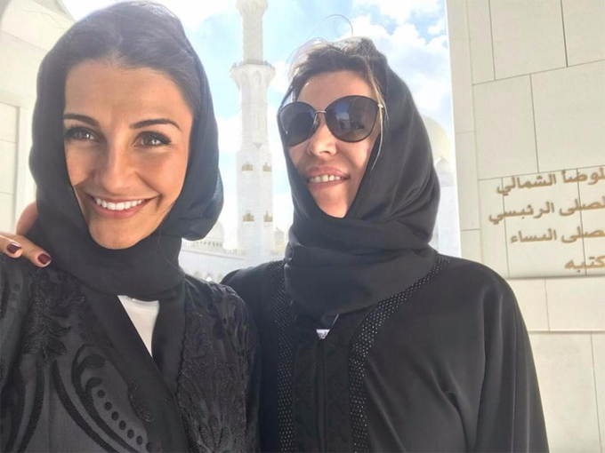 Vợ, bạn gái cầu thủ Real mặc đồ Hồi giáo đi thăm đền thờ