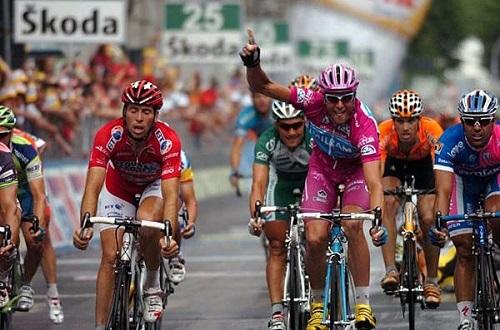 tay-dua-bon-lan-vo-dich-tour-de-france-dinh-doping-1