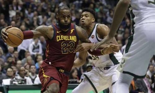 LeBron James (số 23) có trận đấu xuất sắc, nhưng không thể ngăn cản đàn em Giannis Antetokounmpo (số 34) tỏa sáng ở những giây cuối. Ảnh: USA Today.
