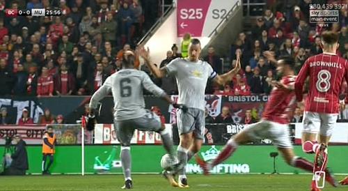 Quay chậm tình huống va chạm của Paul Pogba. Ảnh:Sky Sports.