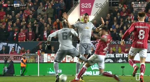 Chân của Pogba đã giơ quá cao. Ảnh: Sky Sports.