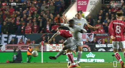 Tình huống phạm lỗi của Pogba ở góc máy khác. Ảnh: Sky Sports.