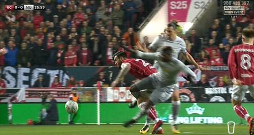 Nếu nhìn từ góc này, rất nhiều trọng tài sẽ rút thẻ đỏ vì Pogba dường như đã cố tình đá vào chân đối thủ. Ảnh: Sky Sports.