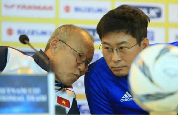 HLV Kim Do-hoon (phải) và HLV Park Hang-seo (trái) trong buổi họp báo trước trận đấu. Ảnh: Ngọc Dung.