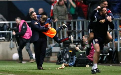 Khoảnh khắc hạnh phúc của HLV Lee Johnson. Ảnh:Reuters.
