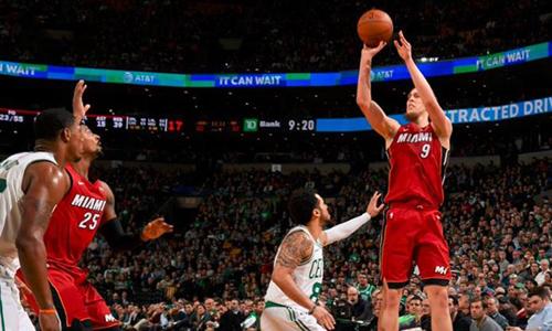 Kelly Olynyk (số 9)lập kỷ lục ghi điểm trong sự nghiệp, với sáu cú ném ba điểm chính xác, giúp Miami Heat tạo cơn địa chấn ngay tại sân của Celtics. Ảnh: Reuters.