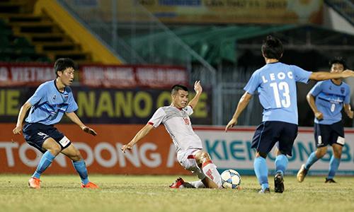 Các cầu thủ U21 Việt Nam gặp bế tắc trước hàng thủ chắc chắn của đối phương.Đ.L.