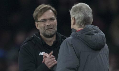 HLV Klopp bắt tay HLV Wenger sau trận đấu. Ảnh:BPI.