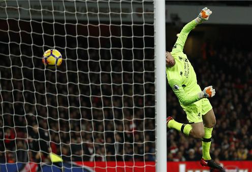 Thủ môn Mignolet không ngăn được cú đá của Xhaka dù bóng đi sát vị trí. Ảnh:AFP.