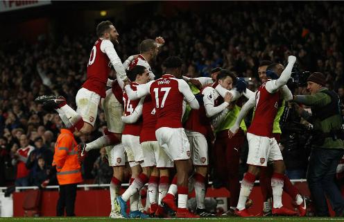 Cầu thủ Arsenal chia vui sau bàn thắng của Ozil. Ảnh:AFP.