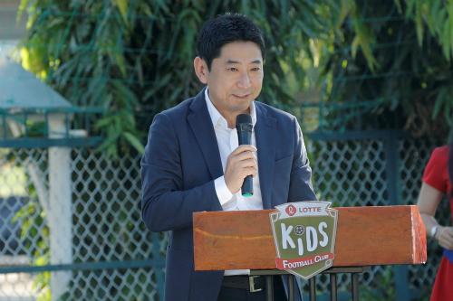Ông Kim Hwan  Tổng Giám đốc Công ty TNHH Dae Hong Communication Việt Nam, đại diện Tập đoàn Lotte chúc mừng sự thành công của CLB Lotte Kids