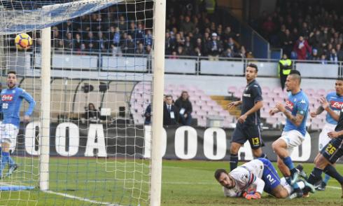 Hamsik dứt điểm tung lưới Sampdoria. Ảnh:AP.