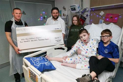 Rooney trao tấm séc cho một trong ba tổ chức chăm sóc trẻ em.