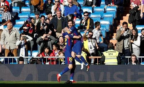 Messi rơi một chiếc giày, vẫn kiến tạo thành bàn. Ảnh: Reuters.