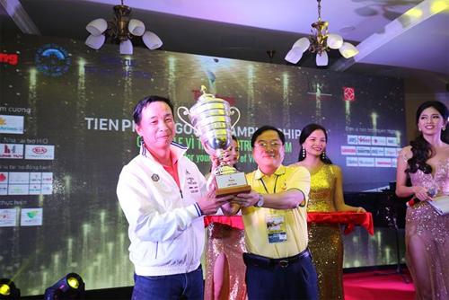 Ông Lê Xuân Sơn, Tổng Biên tập báo Tiền Phong, Trưởng BTC giải, trao Cup vô địch cho golfer Lê Hùng Nam.