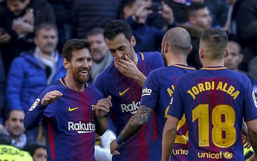 CĐV Real thường xuyên phải chứng kiến Barca lấy đi ba điểm trên sân Bernabeu trong ba năm qua. Ảnh: Reuters