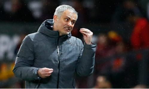 Mourinho chịu sức ép lớn khi liên tục bị Man City gia tăng cách biệt. Ảnh:Reuters.