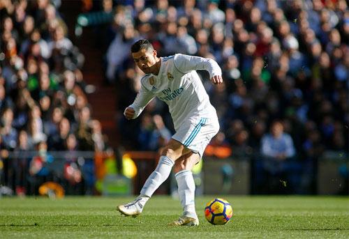 Ronaldo sút hụt bóng trong tình huống có thể ghi bàn một cách dễ dàng trong trận El Clasico hôm 23/12. Ảnh: Reuters