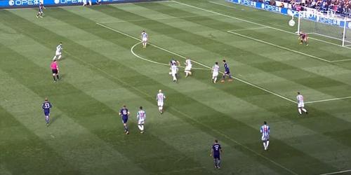 Kane nhận bóng từ quả ném biên của Trippier rồi dẫn bóng ngang vòng cấm. Ảnh: Spurs TV.