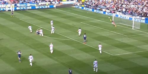 Kane quyết định dứt điểm bằng chân trái, tự cự ly hơn 18 met, khi xung quanh anh là ba hậu vệ Huddersfield. Ảnh: Spurs TV.