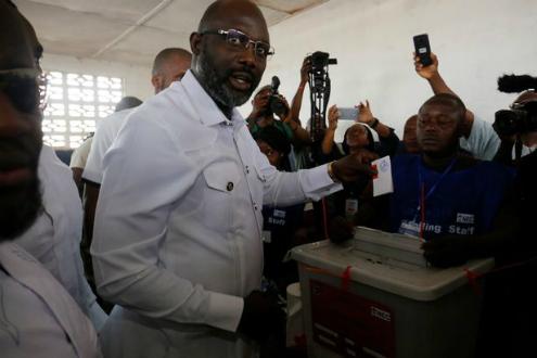 Weah tại một điểm bỏ phiếu. Ảnh:Reuters.