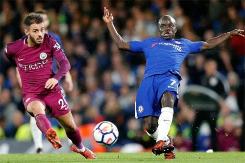 Kante (phải) là chỗ dựa vững chắc của tuyến giữa Chelsea. Ảnh: Reuters