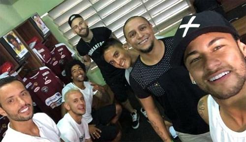 Neymar (phải) chụp ảnh cạnh Roberto Carlos, Lucas Lima (giữa), Dante (thứ ba từ trái sang),Nene (trái) và một số cầu thủ khác.