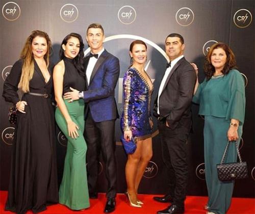 Ronaldo và thành viên gia đình trên thảm đỏ.